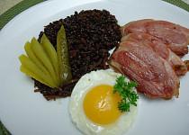 Černá čočka Beluga se zeleninou a uzeným masem