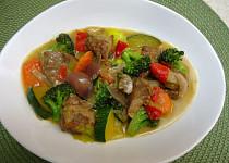 Kousky vepřové krkovice na kari a zelenině