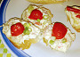 křenová pomazánka na rohlíkách se cherry rajčátky
