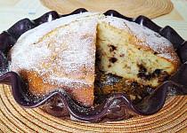 Jogurtový koláč s mandlemi, rozinkami a čokoládou