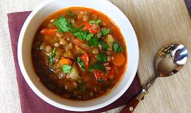 Zeleninová polévka s čočkou a pikantní klobásou