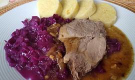 Pečená krkovička, hlávkové zelí s červeným vínem a bramborovým knedlíkem