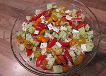 Barevný salát s balkánským sýrem s tzatziki