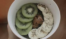 Chia pudink s ovocem a ořechovým máslem