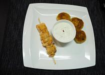 Lososový špíz s bramborovými plackami a limetkovým dipem
