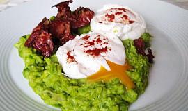 Hrášková kaše, křupavá slanina a zastřená vejce