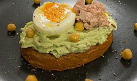 Chléb s avokádovou pomazánkou a tuňákem