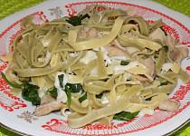 Těstoviny s listovým špenátem, kuřecím masem a sýrem