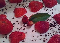 Letní dortík s kakaem a jahodami