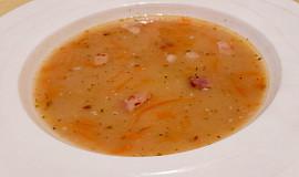 Hrachová polévka s restovanou slaninou a mrkví