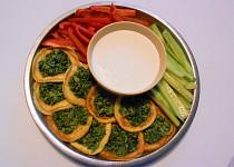 Mozzarellové lívanečky se špenátem, česnekovým dipem a  zeleninou  (Dělená strava podle LK - Zvířata