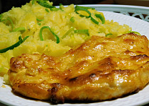 Pečená kuřecí prsa s třepanými pórkovými bramborami