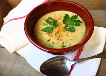 Polévka z červené čočky s řapíkatým celerem, kari a kokosovým mlékem