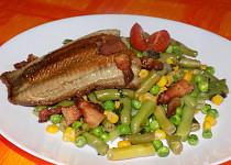 Opékaná ryba se zeleninou a slaninou