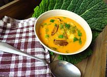 Jemná bramborová polévka s kapustou, houbami a smetanou