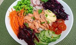 Havajský salát s japonským původem Poke bowl