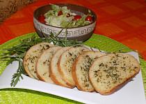Veka zapečená s česnekovým máslem a ledový salát