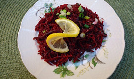 Salát ze syrové červené řepy s cibulkou a citronem