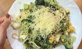 Špagety s brokolicí a vejcem