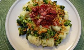 Brokolice na česneku s domácími noky a slaninou