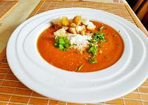 Rychlá rajčatová polévka s parmezánem