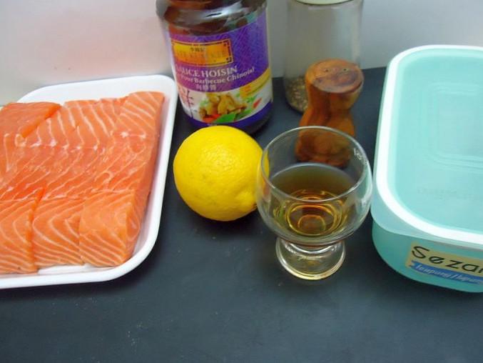 Marinovaný losos a rýžový salát s kedlubnou