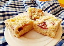 Rychlý hrnkový ovocný koláč s drobenkou