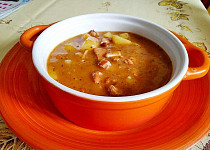 Gulášová polévka z pečeného vepřového  a uzeného masa