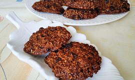 Ovesné sušenky s rozinkami, čokoládou a perníkem