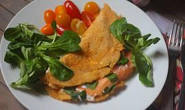 Jarní palačinka z červené čočky s uzeným lososem a medvědím česnekem