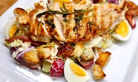 Jarní salát s kuřecím masem a krutóny