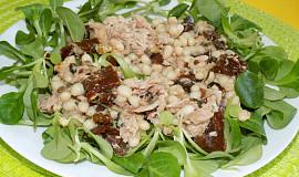 Salát z bílých fazolí a sušených rajčat