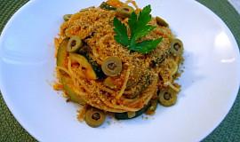 Špagety s cuketou, paprikou a strouhankou