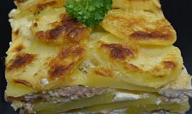 Gratinované brambory s lososem a kuřecím masem