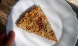 Vrstvený jablečný koláč s tvarohem a drobenkou