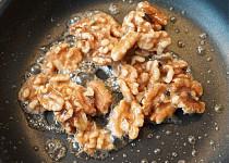 Karamelizované vlašské ořechy a slaná karamelová omáčka