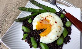 Černá čočka beluga s chřestem a pošírovaným vejcem