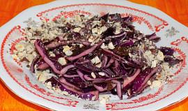 Salát z červeného zelí se sušenými švestkami