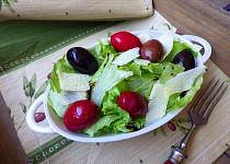 Ledový salát s olivami a parmezánem