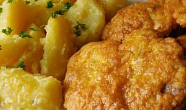 Obrácený marinovaný řízek s máslovými bramborami