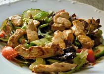Kuřecí nudličky se zeleninou na ledovém salátu