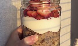 Ovesná kaše přes noc s jogurtem, kávou a jahodami