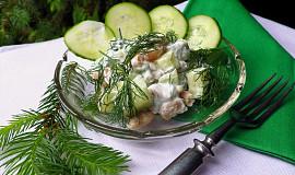 Fazolový salát se salátovou okurkou a zakysanou smetanou s koprem