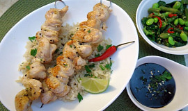 Kuřecí satay s hnědou rýží a tmavou arašídovou omáčkou