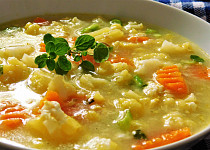 Květáková polévka s vločkami a čerstvou majoránkou
