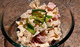 Těstovinový salát s balkánem a zeleninou