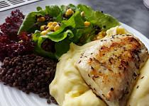 Candát filet s černou čočkou, kukuřicí a salátem