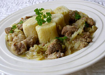 Vepřové maso v hlávkovém zelí s bramborovými noky