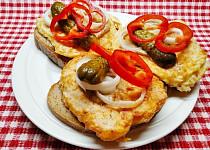 Vaječno-sýrové placičky s uzeným masem na chlebu s hořčicí