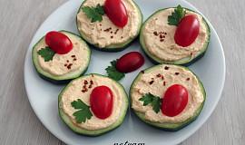 Cuketové chlebíčky s hummusem